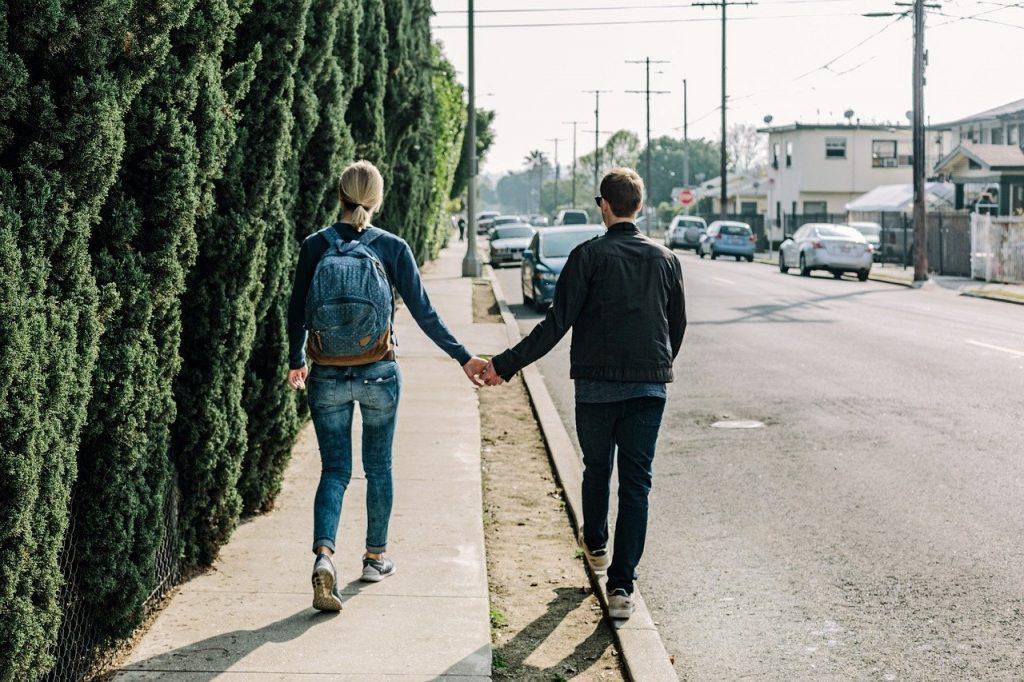 Lato singla w mieście – jak szukać partnera?