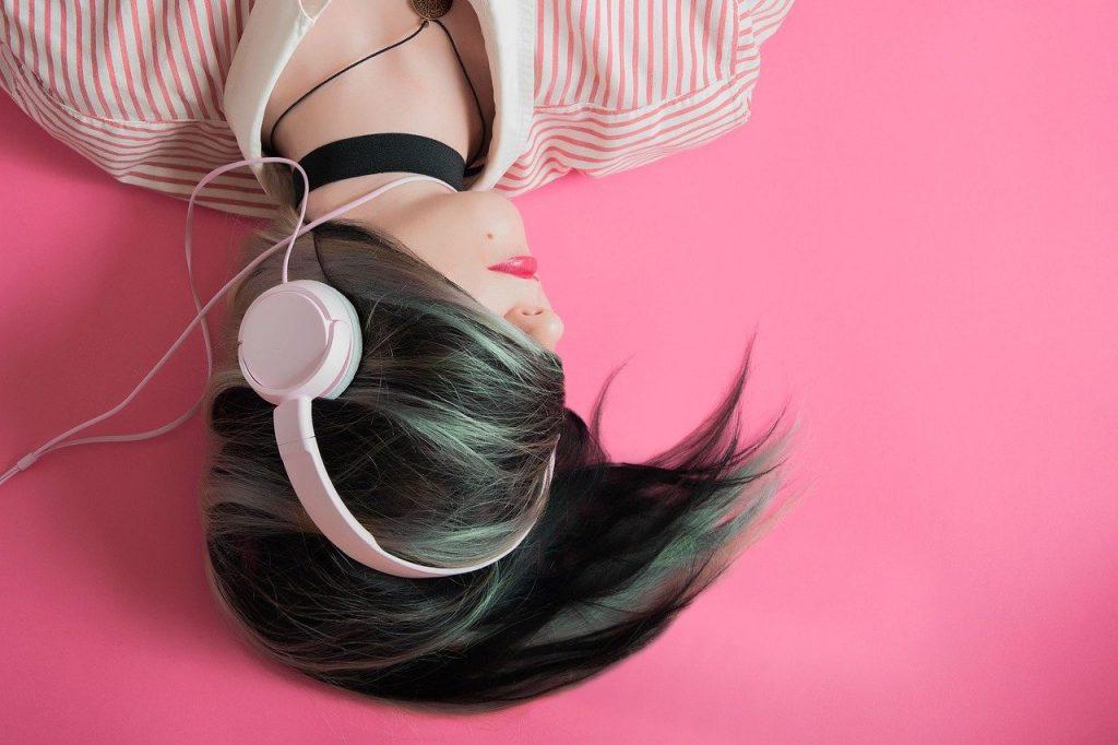 3 zaskakujące korzyści ze słuchania muzyki na słuchawkach