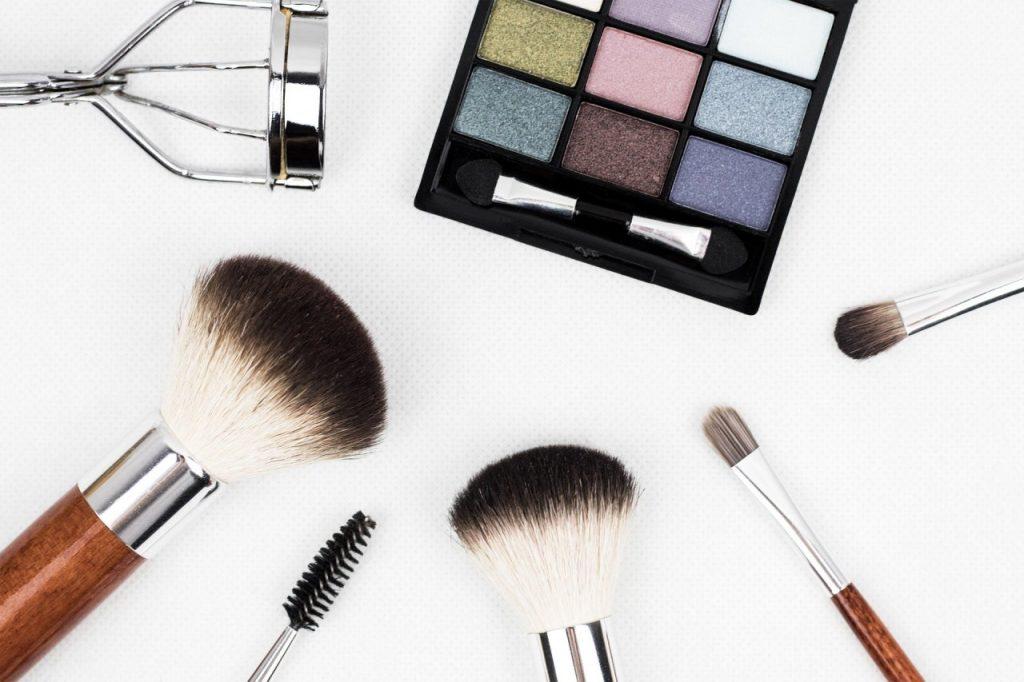 Niezbędne akcesoria do makijażu na co dzień – dowiedz się jak je wybrać